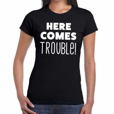 Here comes trouble tekst zwart dames t-shirt kopen