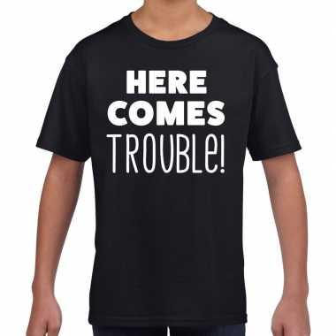 Here comes trouble tekst zwart kids t-shirt kopen