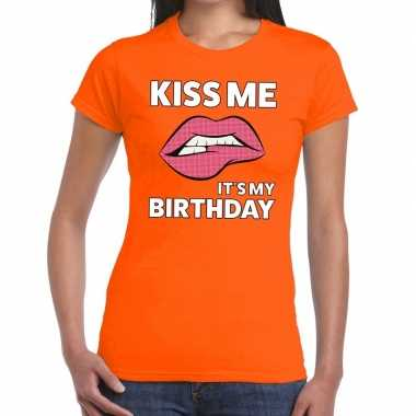 Kiss me it is my birthday oranje dames t-shirt kopen