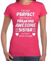 Freaking awesome sister zus cadeau roze dames t-shirt